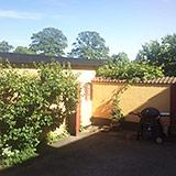 Vi har en lille hyggelig gård og have, hvor grill, stole og spisebord er fremme alt efter årstid/stemning